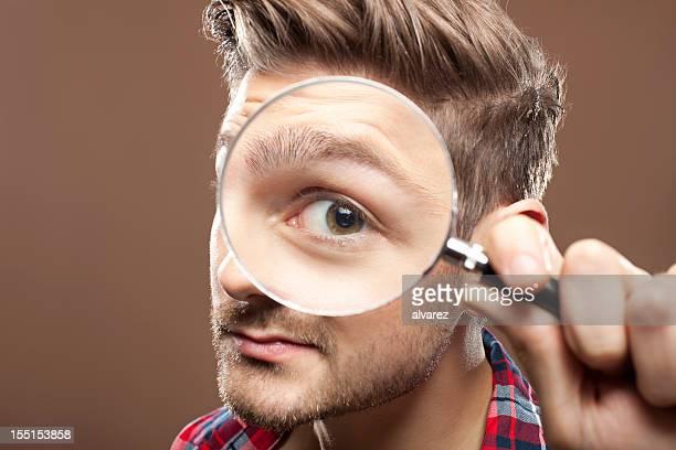 Porträt eines Mannes mit Lupe