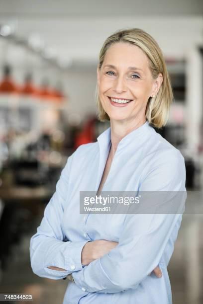 portrait of a mature businesswoman - oberkörperaufnahme stock-fotos und bilder
