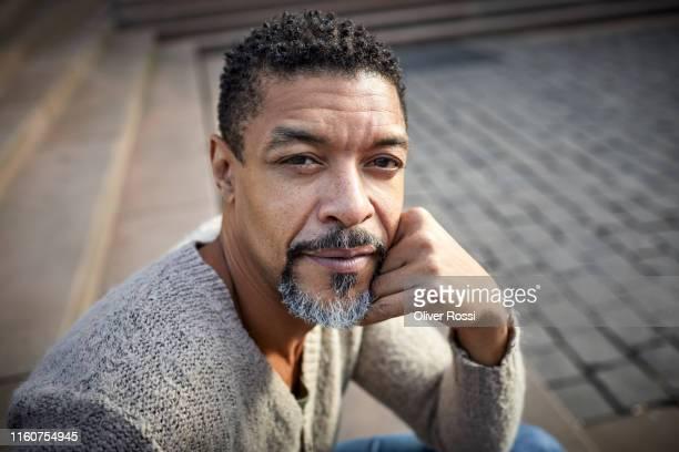 portrait of a mature man outdoors - sérieux photos et images de collection