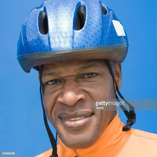portrait of a mature man wearing a sports helmet - capacete capacete esportivo - fotografias e filmes do acervo