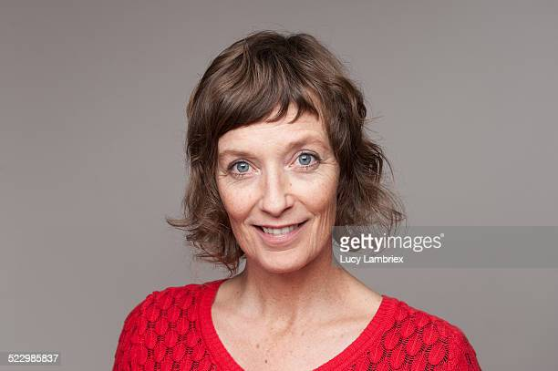 portrait of a mature woman - brune aux yeux bleus photos et images de collection