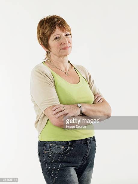 portrait of a mature woman - alleen één oudere vrouw stockfoto's en -beelden