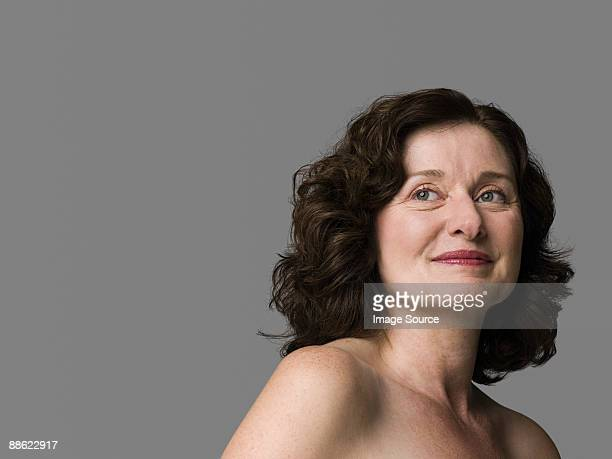portrait of a mature woman - femme 50 ans brune photos et images de collection