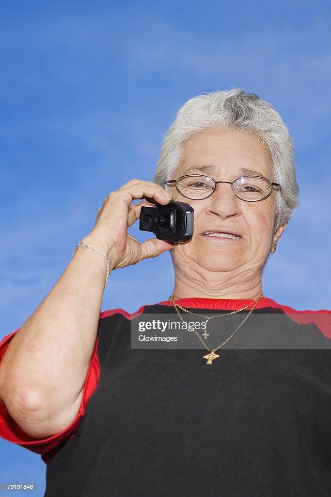 Portrait of a mature woman talking on a mobile phone : Foto de stock