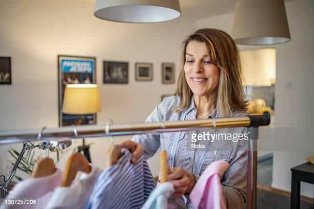 ドレスメーカーとファッションデザイナーとして働く成熟した女性の肖像 - デザイナー服 ストックフォトと画像