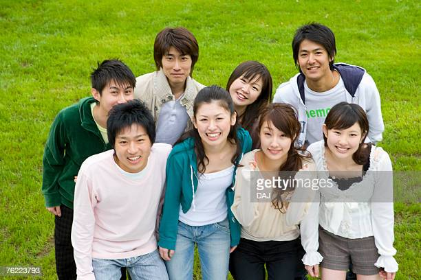 portrait of a medium group of young people on lawn, smiling and looking at camera, high angle view, japan - medium group of people photos et images de collection