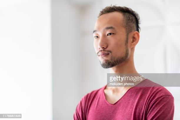 中年の成人男性の肖像 - 目をそらす ストックフォトと画像