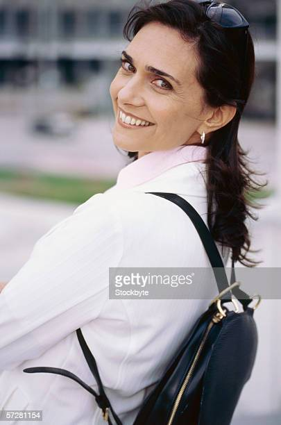 portrait of a mid adult woman smiling - schwarzes haar stock-fotos und bilder