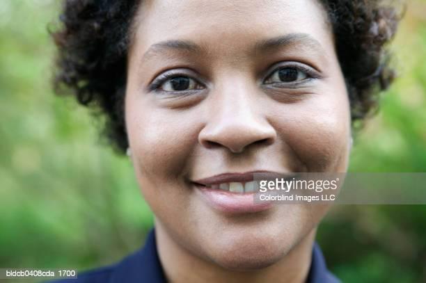 portrait of a mid adult woman smiling - partie du corps humain photos et images de collection