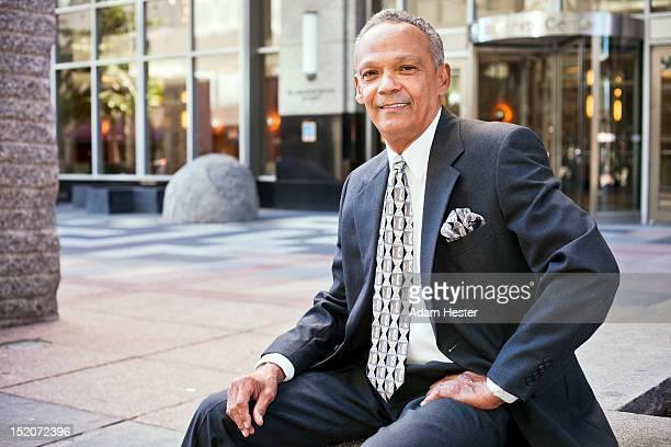 portrait of a middle aged business man downtown. - pochette bavero foto e immagini stock