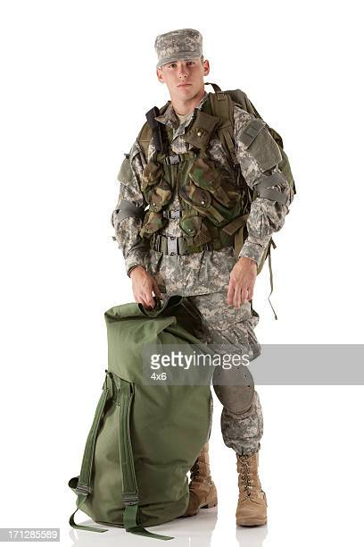 Portrait d'un homme avec des bagages militaire