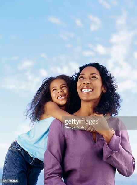 portrait of a mother and a daughter looking up and smiling - vestido roxo - fotografias e filmes do acervo