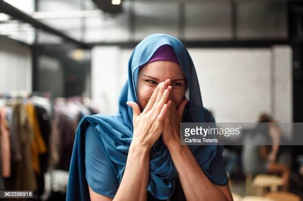 portrait of a muslim woman in a clothing store - malásia - fotografias e filmes do acervo