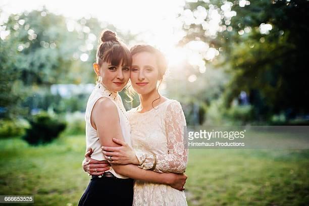 portrait of a newlywed lesbian couple - lesbisch lesbe lesben stock-fotos und bilder