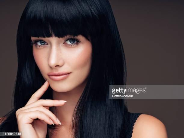 portret van een leuk uitziende vrouw - avondjurk stockfoto's en -beelden