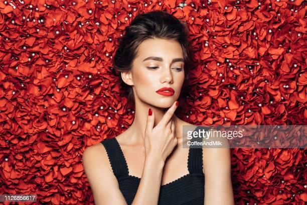 ritratto di una donna dall'aspetto carino - vestito da sera femminile foto e immagini stock