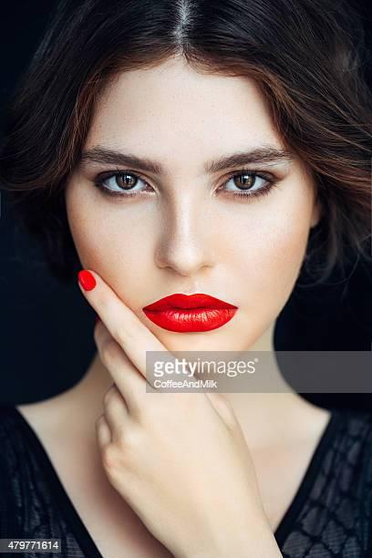 Portrait d'une belle femme regardant