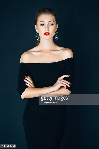 ritratto di una bella donna che - vestito nero foto e immagini stock