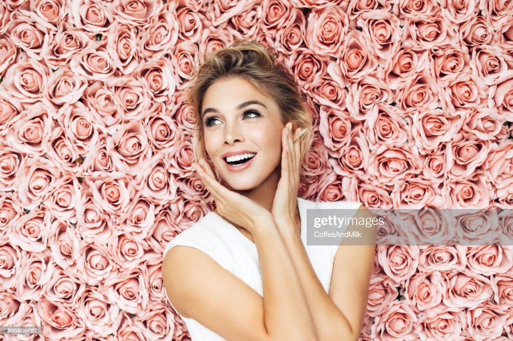 Porträt einer schönen Frau suchen  : Stock-Foto
