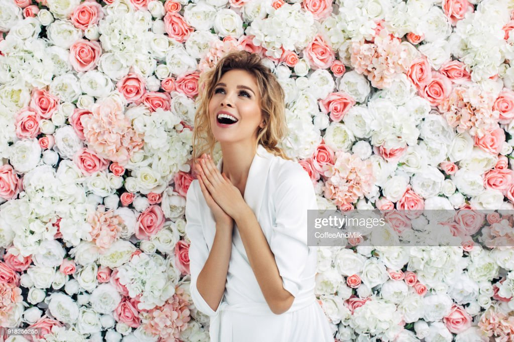Retrato de una hermosa mujer mirando  : Foto de stock