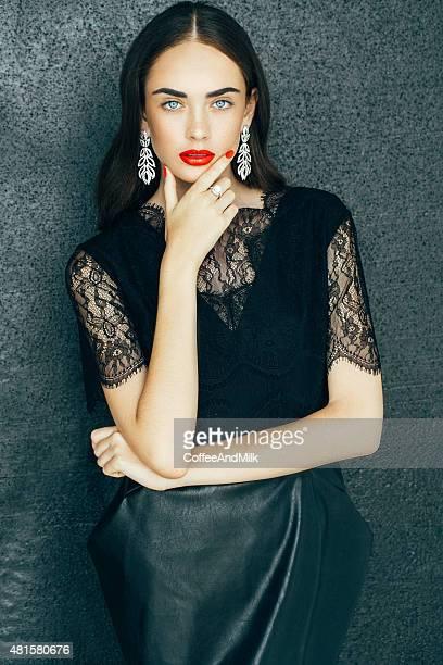 ritratto di una bella donna con bellissimi orecchini ricerca - vestito nero foto e immagini stock