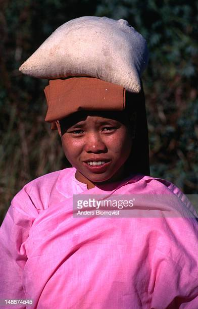portrait of a novice nun in nyaungshwe. - nun stock-fotos und bilder
