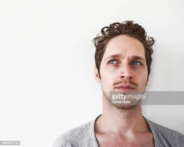 portrait of a pensive man - besorgt stock-fotos und bilder