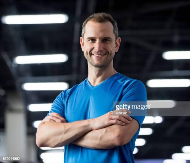 Porträt eines personal Trainers in der Turnhalle