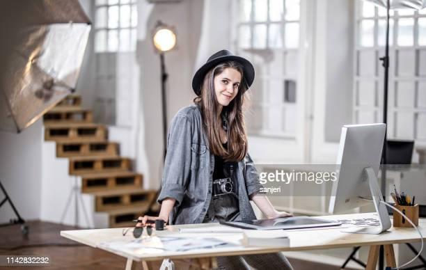 porträt eines fotografen, der im studio arbeitet - designberuf stock-fotos und bilder