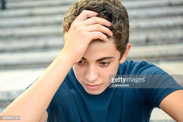 Porträt von einem posieren nachdenklich männliche teenager