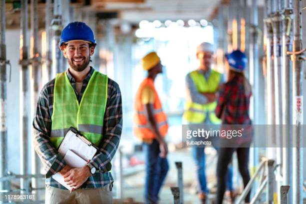 portrait d'un travailleur de la construction positif - risques liés à une activité photos et images de collection