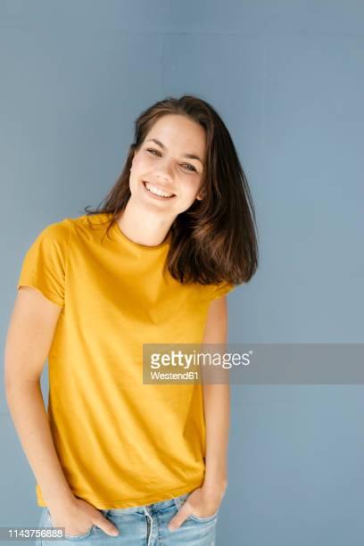 portrait of a pretty woman, smiling happily - 30 34 jahre stock-fotos und bilder