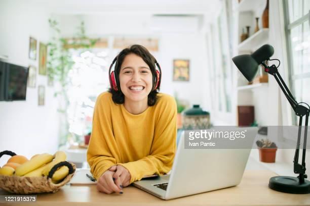 retrato de una joven cita sentada en su oficina en casa - una sola mujer joven fotografías e imágenes de stock