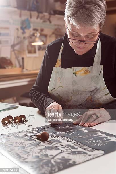 Portrait d'un artiste Printmaker de travail