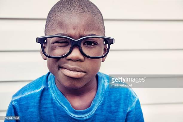 """porträt ein verwirrt afrikanische amerikanische jungen mit nerd brille. - """"martine doucet"""" or martinedoucet stock-fotos und bilder"""