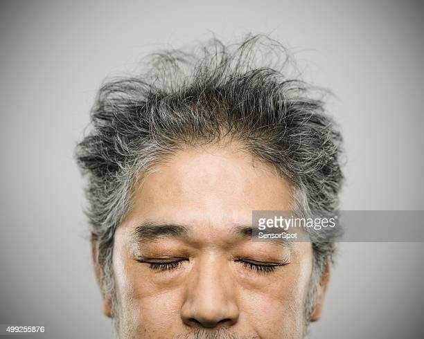 Porträt eines echten japanischen Mann mit grauen Haaren.