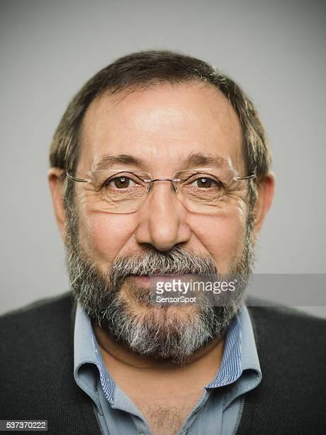 Porträt von eine echte spanische Mann mit Brille und BART.