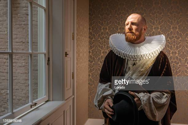 porträt eines rothaarigen, traditionellen holländischen adligen - herzog stock-fotos und bilder