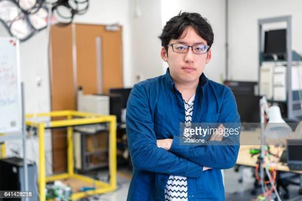 研究室でロボット工学学生の肖像画