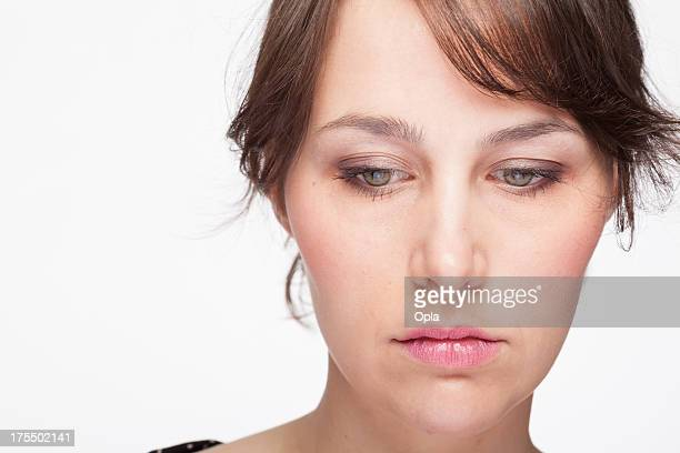 retrato de uma mulher jovem triste - olhos castanhos claros imagens e fotografias de stock