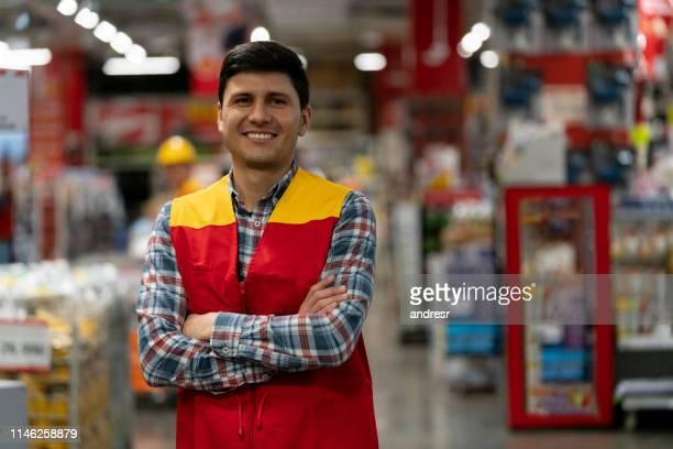 retrato de um vendedor que trabalha em uma loja de ferragem - estrutura construída - fotografias e filmes do acervo