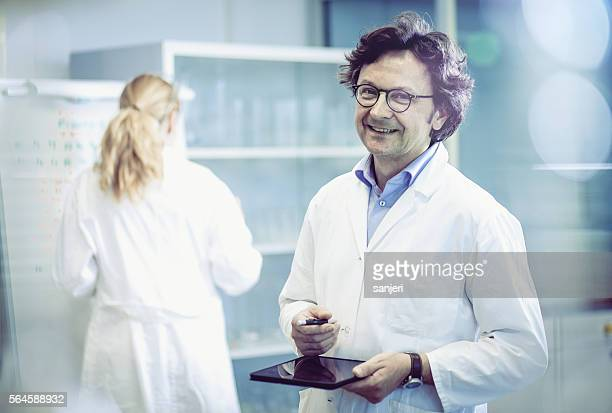 portrait of a scientist in a modern laboratory - laborkittel stock-fotos und bilder