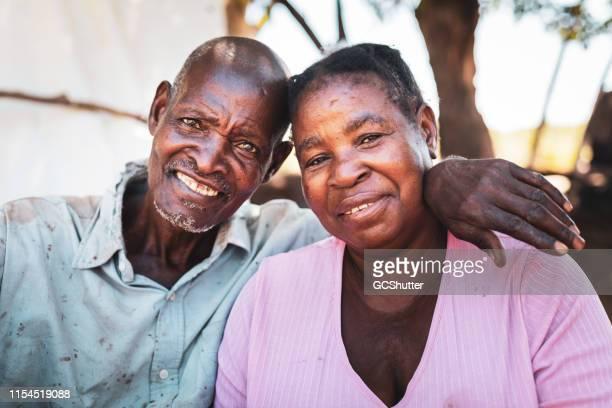 村からのシニアアフリカカップルの肖像 - ザンビア ストックフォトと画像