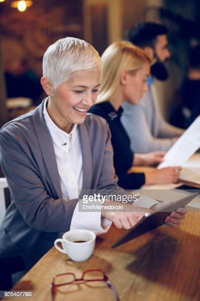 retrato de uma mulher de negócios sênior com tablet digital - figurantes incidentais - fotografias e filmes do acervo