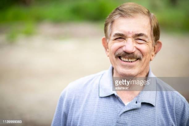 屋外のシニア白人男性の肖像 - テスティモニアル ストックフォトと画像