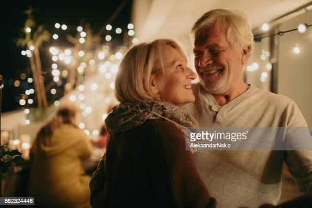 portret van een senior paar verliefd - menselijke relaties stockfoto's en -beelden