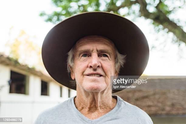 porträt eines älteren landwirts - nordeuropäischer abstammung stock-fotos und bilder