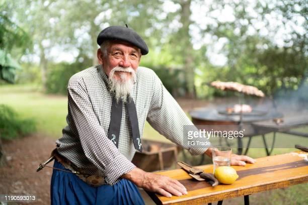 バーベキューを準備するシニアガウチョの肖像 - リオグランデドスル州 ストックフォトと画像