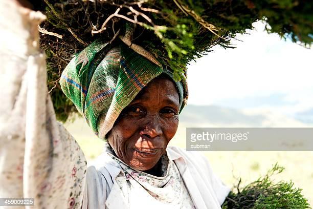 retrato de una mujer senior de lesoto por la ruta - lesoto fotografías e imágenes de stock