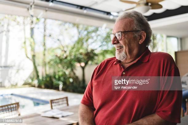 retrato de um homem sênior no quintal da home - homens idosos - fotografias e filmes do acervo
